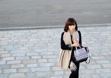 东京,日本-大约2013年11月:未认出的时髦的女人 库存照片