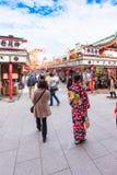 东京,日本- 2017年10月31日:一件和服的一个女孩在城市街道上 垂直 库存图片
