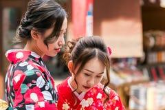 东京,日本- 2017年10月31日:一件和服的两个女孩在城市街道上 特写镜头 免版税库存图片