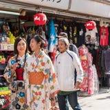 东京,日本- 2017年10月31日:一件和服的两个女孩在城市街道上 免版税图库摄影