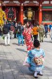 东京,日本- 2017年10月31日:一件和服的两个女孩由寺庙Senso籍 垂直 复制文本的空间 图库摄影