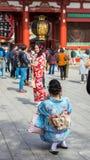 东京,日本- 2017年10月31日:一件和服的两个女孩由寺庙Senso籍 垂直 复制文本的空间 免版税库存图片