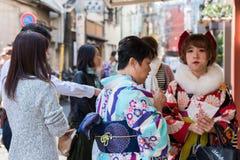 东京,日本- 2017年10月31日:一件和服的两名日本妇女在城市街道上 免版税库存照片