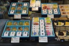 东京,日本- 2017年5月15日:与传统日本的商店窗口 免版税库存照片