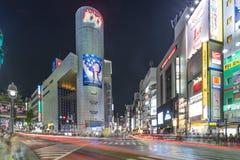 东京,日本- 2018年8月21日:与反映旋转在Dogenzaka街道的涩谷区的盘区的未来派建筑学 免版税库存图片