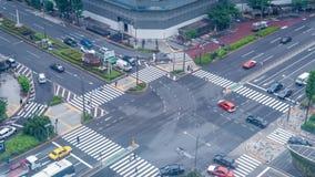东京,日本- 2018年6月18日:交通在东京,日本横渡一个繁忙的交叉点 股票视频