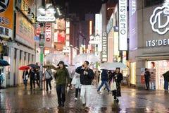 东京,日本- 2017年11月13日:人人群有伞的在多雨夜期间在涩谷 免版税库存照片