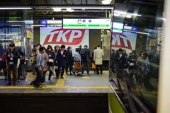 东京,日本- 2017年1月13日:到达新宿驻地的日本铁路火车 估计3.5百万位乘客在Tokyos山手线每天乘坐 64每个天用途百万人民 免版税图库摄影