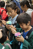 东京,日本- 2017年5月14日:吃冰淇凌的孩子在K 免版税库存图片