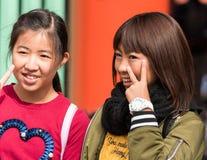 东京,日本- 2017年10月31日:在城市街道上的两个日本女孩 特写镜头 免版税库存照片