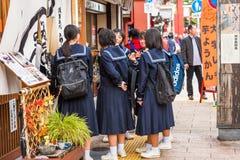 东京,日本- 2017年10月31日:在城市街道上的日本女小学生 复制文本的空间 库存图片