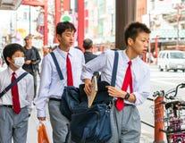 东京,日本- 2017年10月31日:在城市街道上的日本小学生 特写镜头 免版税库存照片
