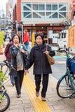 东京,日本- 2017年10月31日:在城市街道上的老妇人 垂直 复制文本的空间 免版税库存图片