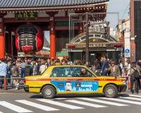 东京,日本- 2017年10月31日:在寺庙Senso籍附近的出租汽车 复制文本的空间 免版税图库摄影