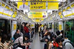 东京,日本- 2015年4月1日:在日本铁路火车里面的通勤者 库存照片