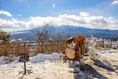 东京,日本- 2017年1月13日:在登上Tenjoyama,俯视富士山的观察台的狸和兔子玩偶 库存图片
