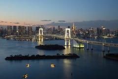 东京,日本- 2017年11月19日:在Odaiba看见从富士电视台大厦的夜都市风景 免版税库存照片