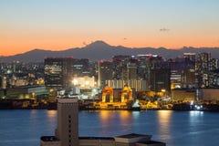 东京,日本- 2017年11月19日:在Odaiba看见从富士电视台大厦的夜都市风景 免版税库存图片