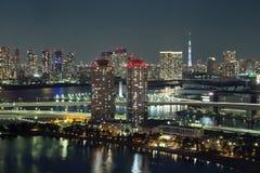 东京,日本- 2017年11月19日:在Odaiba看见从富士电视台大厦的夜都市风景 库存照片