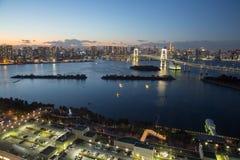 东京,日本- 2017年11月19日:在Odaiba看见从富士电视台大厦的夜都市风景 库存图片