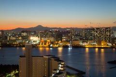 东京,日本- 2017年11月19日:在Odaiba看见从富士电视台大厦的夜都市风景 免版税图库摄影