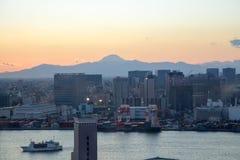 东京,日本- 2017年11月19日:在Odaiba看见夜都市风景和富士山从富士电视台大厦 免版税库存图片
