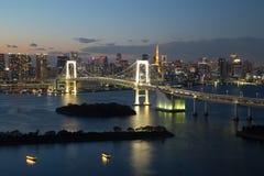 东京,日本- 2017年11月19日:在Odaiba看见夜都市风景和富士山从富士电视台大厦 库存照片