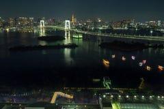 东京,日本- 2017年11月19日:在Odaiba看见夜都市风景和富士山从富士电视台大厦 库存图片