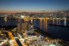 东京,日本- 2017年11月19日:在Odaiba看见夜都市风景和富士山从富士电视台大厦 免版税图库摄影