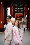 东京,日本- 2017年11月14日:在Senso籍寺庙前门的未认出的日本夫妇  库存照片