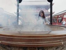 东京,日本- 2017年9月28日:在Sensoji寺庙前面,浅草的主要霍尔的硕大古铜色香炉 库存照片
