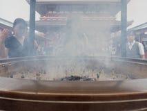 东京,日本- 2017年9月28日:在Sensoji寺庙前面,浅草的主要霍尔的硕大古铜色香炉 免版税库存图片
