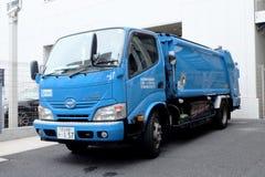 东京,日本- 2018年5月17日:在Th的蓝色无用单元收集卡车 免版税库存照片