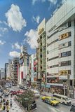 东京,日本- 2018年8月21日:导致涩谷在涩谷站前面的横穿交叉点的购物的街道 免版税库存图片