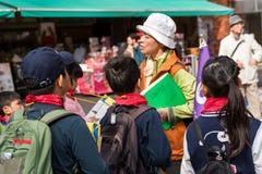 东京,日本- 2017年10月31日:小组在城市街道上的孩子 特写镜头 库存照片