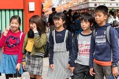 东京,日本- 2017年10月31日:小组在城市街道上的孩子 特写镜头 库存图片