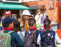 东京,日本- 2017年10月31日:小组在城市街道上的孩子 特写镜头 免版税库存图片