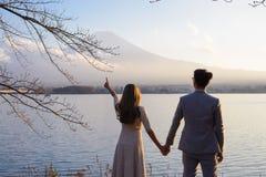 东京,日本- 2017年11月15日:放松和享受自然,从湖川口ko的富士的看法未认出的夫妇身分 免版税库存照片