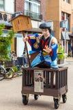 东京,日本- 2017年10月31日:日本农民的雕象传统中世纪时代装束的在近街道上对Sensoji tem 库存图片