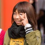 东京,日本- 2017年10月31日:日本女孩的画象在城市街道上的 特写镜头 库存照片
