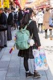 东京,日本- 2017年10月31日:有一个背包的女孩在城市 免版税库存照片