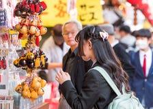 东京,日本- 2017年10月31日:有一个背包的女孩在城市 库存照片