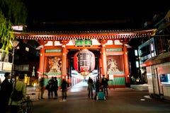 东京,日本- 2016年11月15日:朝向对Buddh的拥挤人民 库存照片