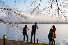 东京,日本- 2017年11月15日:未认出的人民拍照片和自然,从湖川口ko的富士享用视图  免版税库存图片
