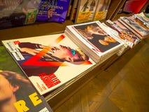东京,日本- 2017年3月23日:杂志销售在微型小店,东京,日本 免版税库存图片