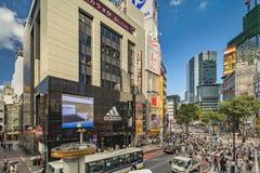 东京,日本- 2018年8月21日:涩谷在涩谷站前面的横穿交叉点在一明亮的天天空蔚蓝 免版税图库摄影