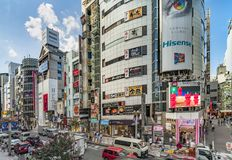东京,日本- 2018年8月21日:涩谷在涩谷站前面的横穿交叉点在一明亮的天天空蔚蓝 库存照片
