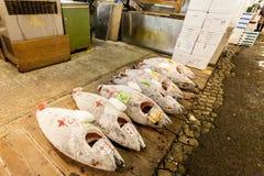 东京,日本- 2010年1月15日:清早在Tsukiji鱼市上 金枪鱼准备好拍卖 图库摄影