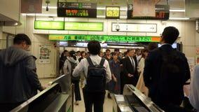 东京,日本- 2018年6月20日:穿过票门的POV观点的通勤者在涩谷日本火车站 股票录像