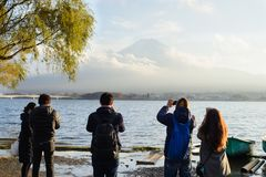 东京,日本- 2017年11月15日:站立放松和享受自然,从湖川口ko的富士的看法未认出的人民 图库摄影